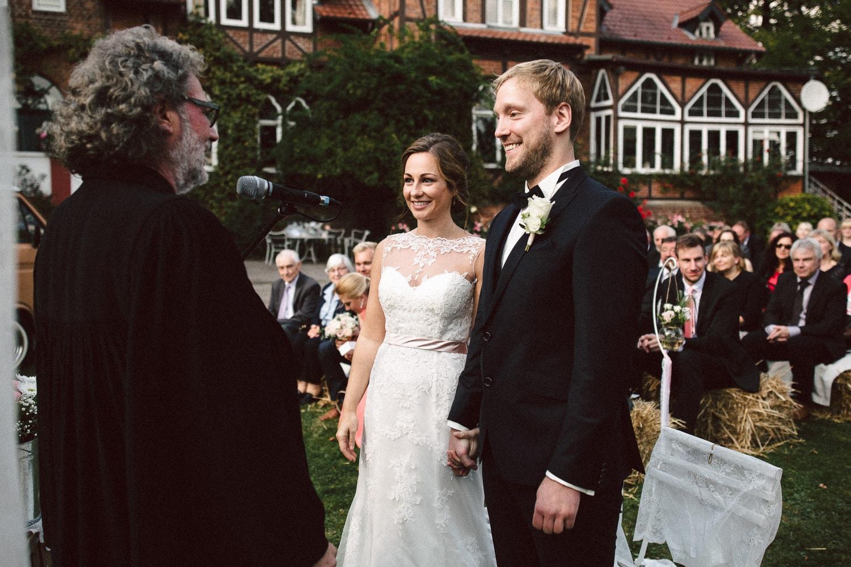 Sarah-Sven-Hochzeitsreportage-76 Yogalehrerin heiratet Handball Trainer Hochzeitreportage